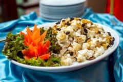 Διακοσμήστε με το κοτόπουλο και τον ανανά σε ένα πιάτο στοκ εικόνες