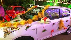 Διακοσμήστε σε ένα γαμήλιο αυτοκίνητο φιλμ μικρού μήκους