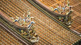 Διακοσμήστε στη στέγη ενός αρχαίου ναού στοκ εικόνες