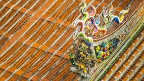 Διακοσμήστε στη στέγη ενός αρχαίου ναού στοκ εικόνα με δικαίωμα ελεύθερης χρήσης