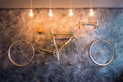 Διακοσμήστε στο καθιστικό με το ποδήλατο στον τοίχο Εσωτερικό σχέδιο στοκ εικόνα με δικαίωμα ελεύθερης χρήσης