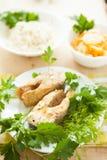Διακοσμήστε τα τηγανισμένα ψάρια, το ρύζι και τα βρασμένα στον ατμό λαχανικά στοκ φωτογραφία