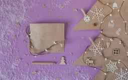 Διακοσμήστε τα χειροποίητα Χριστούγεννα στο επιτραπέζιο υπόβαθρο στοκ εικόνες