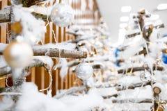 Διακοσμήστε τα χριστουγεννιάτικα δέντρα με τα παιχνίδια στοκ εικόνα