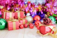 Διακοσμήστε τα Χριστούγεννα στο ξύλινο πάτωμα στοκ εικόνες