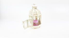 Διακοσμήστε την άσπρη περίπτωση φαναριών μετάλλων με το γυαλί του ζωηρόχρωμου κεριού στοκ φωτογραφία
