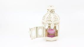 Διακοσμήστε την άσπρη περίπτωση φαναριών μετάλλων με το γυαλί του ζωηρόχρωμου κεριού στοκ εικόνες