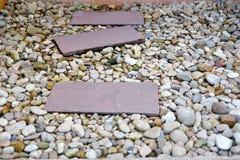 Διακοσμήστε τη διάβαση στον κήπο με τις διαφορετικές πέτρες στοκ εικόνες με δικαίωμα ελεύθερης χρήσης