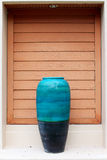 Διακοσμήστε το γιγαντιαίο μπλε βάζο που τίθεται στην πύλη στοκ εικόνες