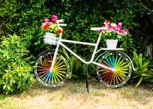 Διακοσμήστε το ποδήλατο με το πλαστικό λουλούδι στοκ εικόνα με δικαίωμα ελεύθερης χρήσης