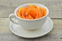 Διακοσμήστε το φλυτζάνι με τα καρότα φετών στον ξύλινο πίνακα στοκ φωτογραφίες με δικαίωμα ελεύθερης χρήσης