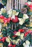 Διακοσμήστε το χριστουγεννιάτικο δέντρο στοκ εικόνες