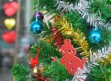 Διακοσμήστε το χριστουγεννιάτικο δέντρο με το χρυσό χιονάνθρωπο κουδουνιών και την όμορφη σφαίρα, διάστημα αντιγράφων στοκ εικόνα
