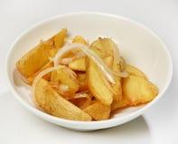 Διακοσμήστε των φετών πατατών με τα κρεμμύδια, κινηματογράφηση σε πρώτο πλάνο στοκ φωτογραφία με δικαίωμα ελεύθερης χρήσης