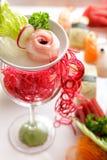Διακοσμήστε sashimi στη πιατέλα χρησιμοποιώντας το γυαλί στοκ εικόνα