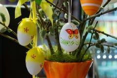 Διακοσμημένα αυγά Πάσχας με τα catkins στον πίνακα στοκ φωτογραφία με δικαίωμα ελεύθερης χρήσης