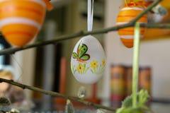 Διακοσμημένα αυγά Πάσχας με τα catkins στον πίνακα στοκ φωτογραφία