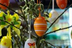 Διακοσμημένα αυγά Πάσχας με τα catkins στον πίνακα στοκ εικόνα με δικαίωμα ελεύθερης χρήσης
