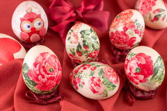 Διακοσμημένα αυγά Πάσχας στο κόκκινο μετάξι Στοκ φωτογραφία με δικαίωμα ελεύθερης χρήσης