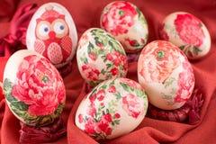 Διακοσμημένα αυγά Πάσχας στο κόκκινο μετάξι Στοκ εικόνες με δικαίωμα ελεύθερης χρήσης