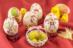 Διακοσμημένα αυγά Πάσχας στο κόκκινο μετάξι Στοκ Φωτογραφίες