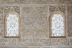 Διακοσμημένα κεραμίδια με τις γεωμετρικές μορφές και τα παράθυρα, Alhambra Στοκ φωτογραφία με δικαίωμα ελεύθερης χρήσης