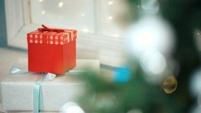 Διακοσμημένα κιβώτια δώρων κοντά στο χριστουγεννιάτικο δέντρο απόθεμα βίντεο