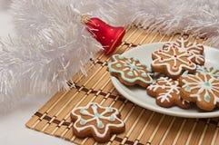 Διακοσμημένα μπισκότα ζάχαρης για Santa στο χρόνο Χριστουγέννων σε έναν πίνακα W Στοκ Εικόνες