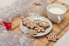 Διακοσμημένα μπισκότα και γάλα ζάχαρης για Santa στο χρόνο Χριστουγέννων επάνω Στοκ Εικόνα