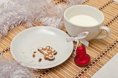 Διακοσμημένα μπισκότα και γάλα ζάχαρης για Santa στο χρόνο Χριστουγέννων επάνω Στοκ φωτογραφίες με δικαίωμα ελεύθερης χρήσης