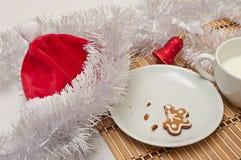 Διακοσμημένα μπισκότα και γάλα ζάχαρης για Santa στο χρόνο Χριστουγέννων επάνω Στοκ Φωτογραφίες