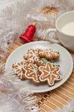 Διακοσμημένα μπισκότα και γάλα ζάχαρης για Santa στο χρόνο Χριστουγέννων επάνω Στοκ εικόνες με δικαίωμα ελεύθερης χρήσης