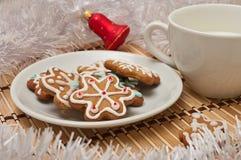 Διακοσμημένα μπισκότα και γάλα ζάχαρης για Santa στο χρόνο Χριστουγέννων επάνω Στοκ φωτογραφία με δικαίωμα ελεύθερης χρήσης