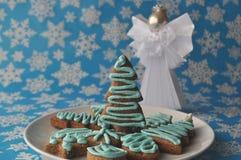 Διακοσμημένα μπισκότα μελιού Χριστουγέννων στο χειμερινό υπόβαθρο με snowflakes Στοκ φωτογραφία με δικαίωμα ελεύθερης χρήσης