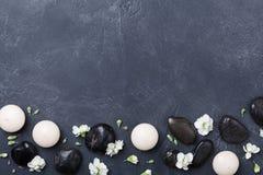 Διακοσμημένα σύνθεση λουλούδια SPA στη μαύρη τοπ άποψη υποβάθρου πετρών Aromatherapy και χαλάρωσης έννοια επεξεργασίας ομορφιάς, Στοκ φωτογραφία με δικαίωμα ελεύθερης χρήσης