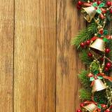 Διακοσμημένα σύνορα χριστουγεννιάτικων δέντρων στην ξύλινη ξυλεπένδυση στοκ φωτογραφία