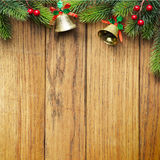 Διακοσμημένα σύνορα χριστουγεννιάτικων δέντρων στην ξύλινη ξυλεπένδυση στοκ φωτογραφία με δικαίωμα ελεύθερης χρήσης