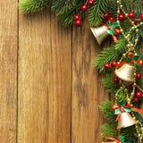 Διακοσμημένα σύνορα χριστουγεννιάτικων δέντρων στην ξύλινη ξυλεπένδυση στοκ εικόνα