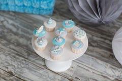 Διακοσμημένα χρωματισμένα muffins για τα γενέθλια μωρών Στοκ Φωτογραφίες