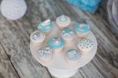Διακοσμημένα χρωματισμένα muffins για τα γενέθλια μωρών Στοκ φωτογραφίες με δικαίωμα ελεύθερης χρήσης