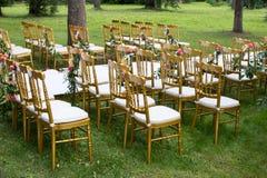 Διακοσμημένες καρέκλες στον κήπο Στοκ εικόνα με δικαίωμα ελεύθερης χρήσης