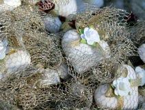 Διακοσμημένες καρδιές ζάχαρης στη χρυσή αλιεία με δίχτυα Στοκ Φωτογραφίες