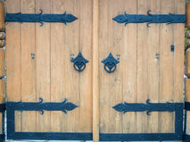 Διακοσμημένη διπλή ξύλινη πύλη πορτών με τη λαβή πορτών Στοκ Εικόνα