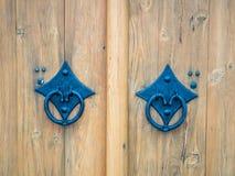 Διακοσμημένη διπλή ξύλινη πύλη πορτών με τη λαβή πορτών Στοκ Εικόνες