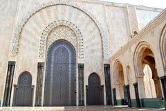 Διακοσμημένη μεγάλη πόρτα στο Χασάν 2 μουσουλμανικό τέμενος στο Μαρόκο Στοκ Εικόνες
