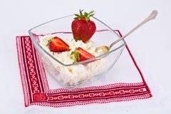 Διακοσμημένη με χάντρες στάρπη τυριών εξοχικών σπιτιών εγχώριου διαιτητικού λίπους με τη φράουλα Στοκ εικόνες με δικαίωμα ελεύθερης χρήσης