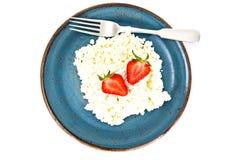 Διακοσμημένη με χάντρες στάρπη τυριών εξοχικών σπιτιών εγχώριου διαιτητικού λίπους με τη φράουλα Στοκ Εικόνα