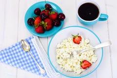 Διακοσμημένη με χάντρες στάρπη τυριών εξοχικών σπιτιών εγχώριου διαιτητικού λίπους με τη φράουλα Στοκ Εικόνες