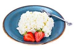 Διακοσμημένη με χάντρες στάρπη τυριών εξοχικών σπιτιών εγχώριου διαιτητικού λίπους με τη φράουλα Στοκ φωτογραφία με δικαίωμα ελεύθερης χρήσης