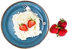 Διακοσμημένη με χάντρες στάρπη τυριών εξοχικών σπιτιών εγχώριου διαιτητικού λίπους με τη φράουλα Στοκ Φωτογραφίες